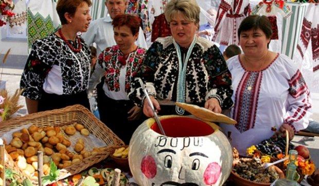 На Співочому полі варять полуничний борщ і козацький куліш