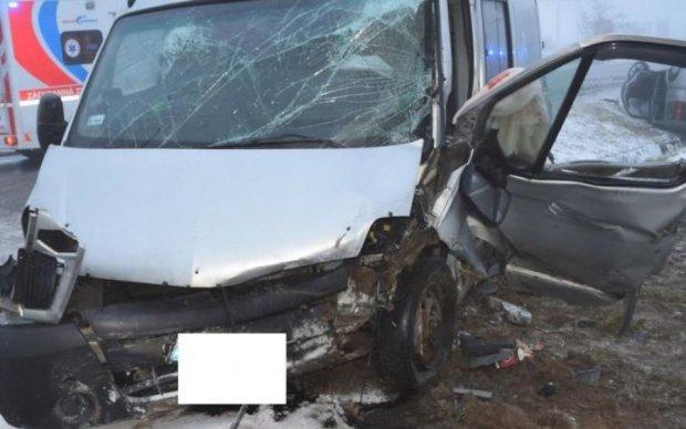 Переповнений автобус злетів з дороги, багато постраждалих