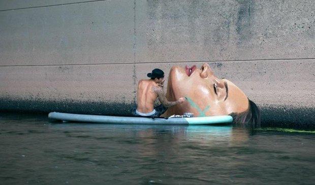 Художник-серфингист создает шедевры на воде