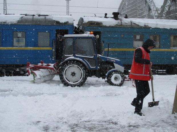 Украину парализовали небывалые снегопады: дороги массово перекрывают, десятки рейсов отменили