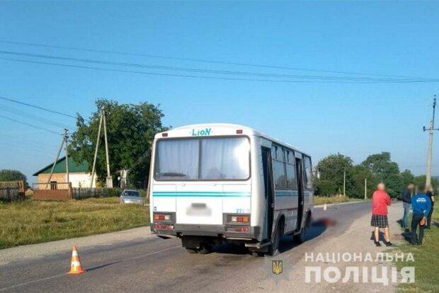 """В Хмельницкой области водитель автобуса насмерть переехал женщину """"сдав назад"""", фото Нацполиция"""