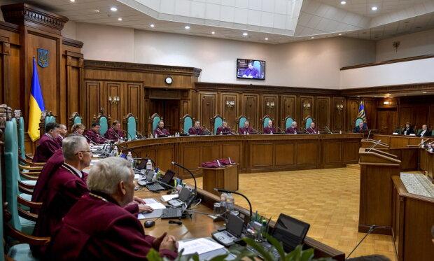 Одразу після зміни голови: троє суддів Конституційного суду України подали у відставку