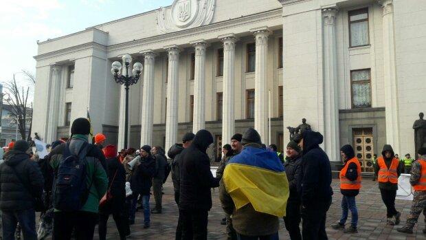 """""""Антинародний закон"""": натовп протестувальників оточив Раду, ексклюзивні подробиці"""
