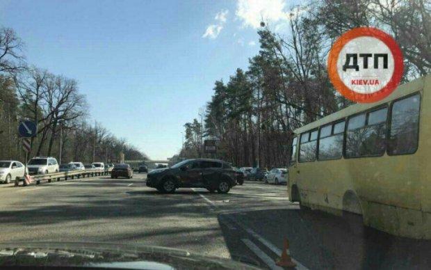 Две иномарки столкнулись под Киевом: есть пострадавшие