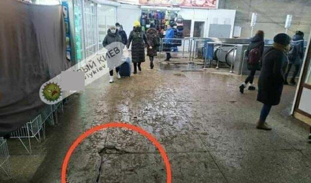 В Киеве заметили трещину в переходе, фото: Telegram Х**вый Киев