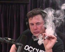 Ілон Маск курить