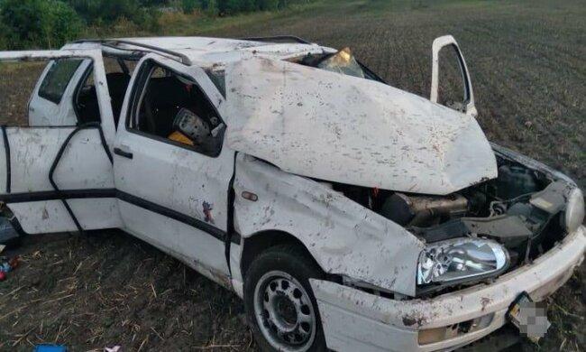 """Під Львовом некерований Volkswagen злетів з дороги, очевидці зойкнули: """"Троє дітей в автівці!"""""""