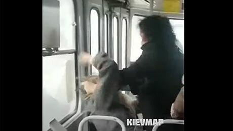"""В Киеве пассажирки трамвая устроили махач из-за маски: """"В голове что-то есть, придурочная?"""""""
