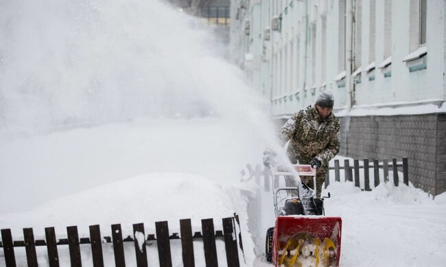 Прибирання снігу, фото: unian