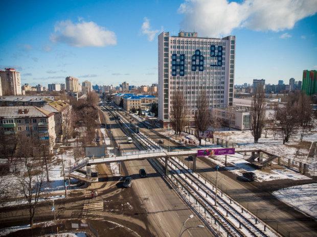 У Києві нарешті реанімують міст-доходягу: розходиться по швах і рясніє ямами