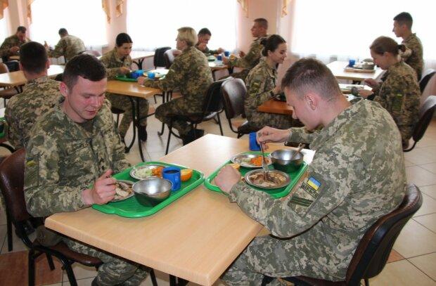 Курсантам академії СБУ вигадали спеціальну дієту: годують кашею із свіжими хробаками