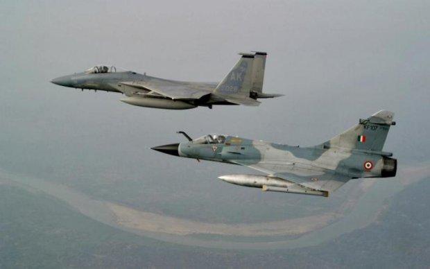 Не доніс: військовий літак скинув бомбу на завод, є постраждалі