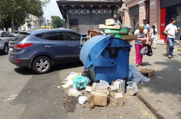 Одеса перетворюється на помийну яму: замість Чорного - море сміття, кадри тотального свинства