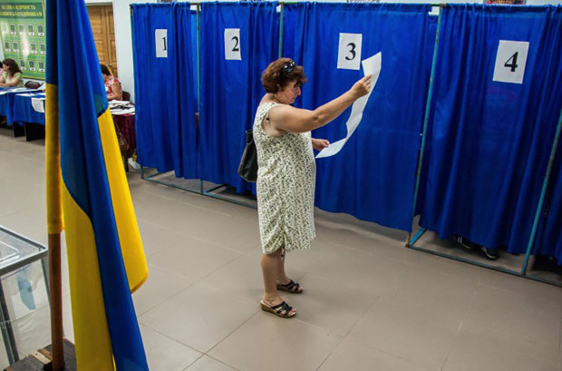 """Львовян заставляют бить поклоны прямо на избирательных участках: """"Отче наш"""" - в обмен на бюллетень"""