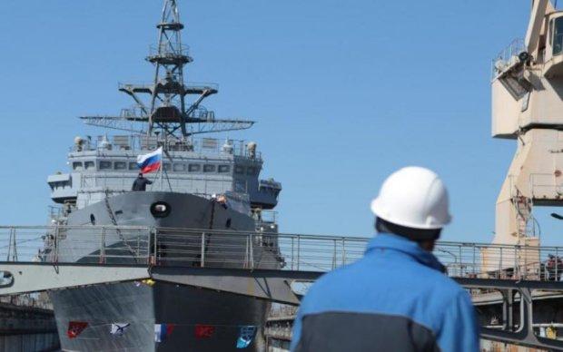 Корабль российского флота протаранил мост, есть пострадавшие: видео