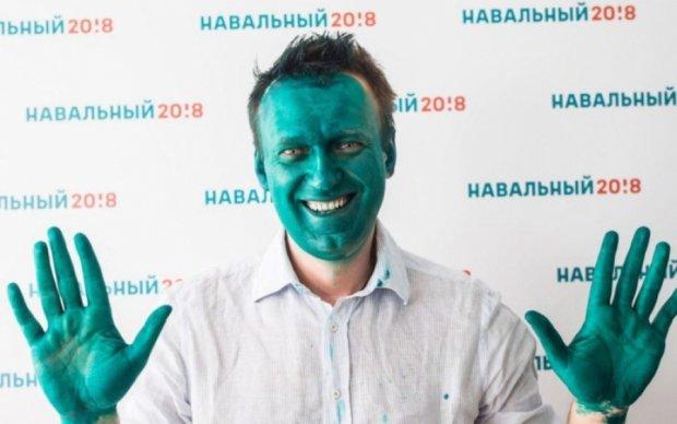 На Навального напал человек в кепке с загадочным стаканом: видео