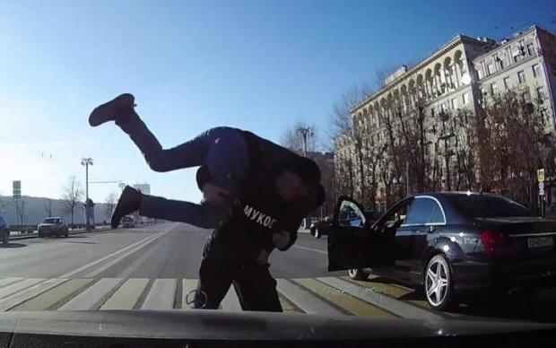 Макгрегор позаздрить: українець прямо на дорозі показав, як треба бити росіян