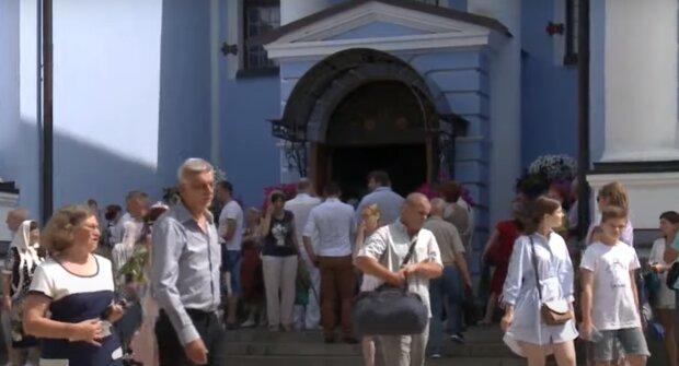 В Тернополе над головами верующих засветился нимб, кадры чуда