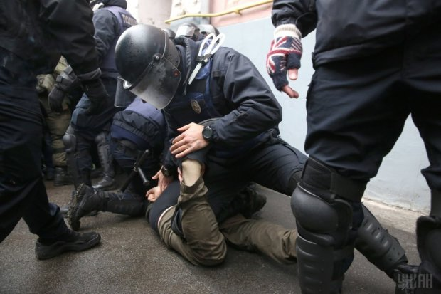 Поліція Грузії точно знала, де шукати: з'явилося перше відео з готелю, де затримали українців