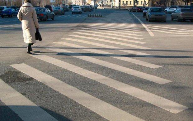 Хамству немає меж! Герой парковки побив пішохода