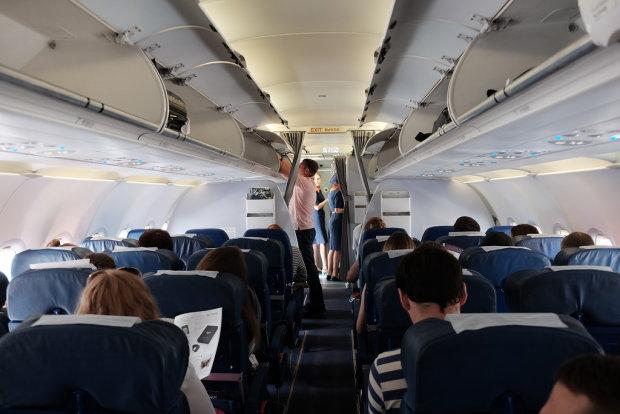 Дитину не змогли врятувати: моторошна трагедія в літаку сколихнула весь світ