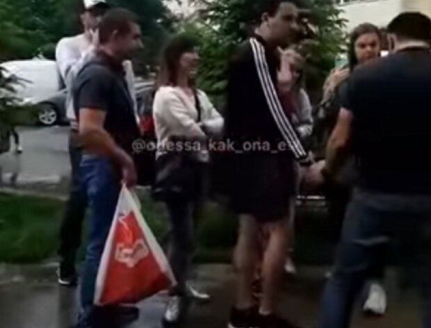 Молодого парня толпой повалили на землю из-за ведра черешен: особо опасен