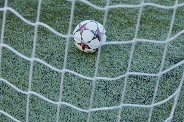 Вратарь забил чудо-гол с центра поля и спас команду от поражения: видео