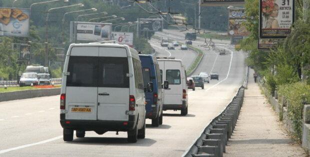 Видно асфальт: у Запоріжжі їздять маршрутки з прогнилим дном, екстремальне відео