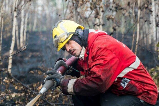 """""""Не можу спину розігнути"""": Діма Білан став пожежником і гасить небезпечні палаючі торф'яники, фото вражають"""