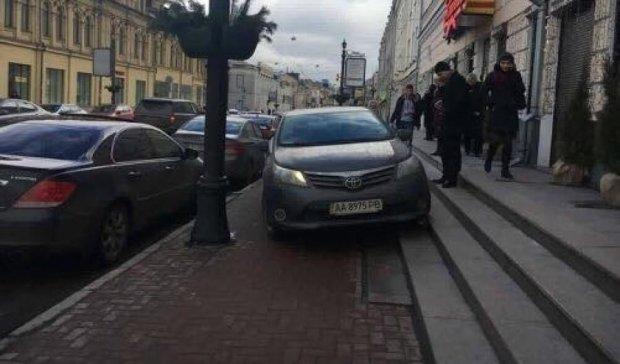 Киян розлютив герой парковки на Toyota