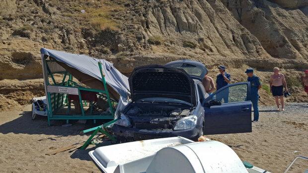 """На популярному кримському пляжі сталося НП: автомобіль звалився прямо """"з неба"""", відео"""