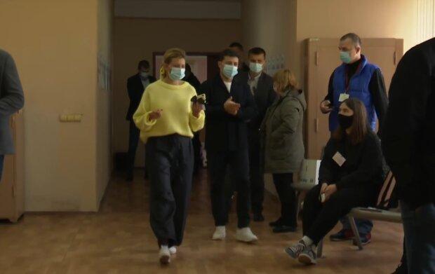 Володимир та Олена Зеленські на місцевих виборах, фото: facebook.com/watch/president.gov.ua