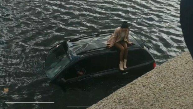 """У Харкові подружка Зайцевої злетіла з моста у воду - """"осідлала"""" плаваючу машину, благаючи про порятунок"""