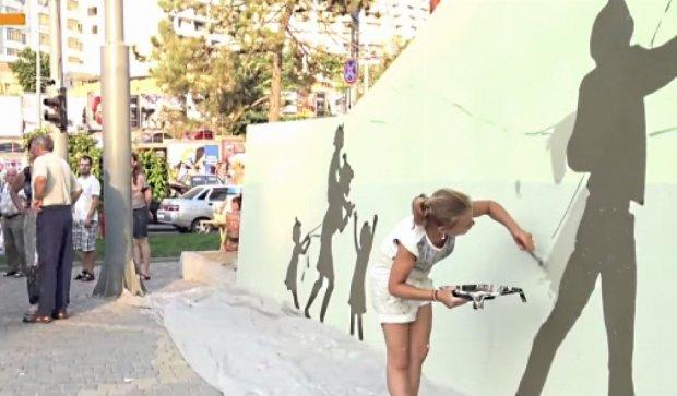 Стріт-арт по-одесськи: трамвайна зупинка у силуетах закоханих (відео)