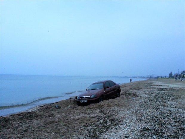В Одесі автомобіль в'їхав у переповнений пляж: відео
