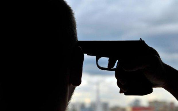 Дивне самогубство: чоловік обстріляв копів і застрелився сам
