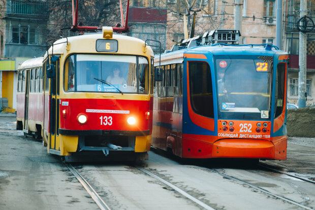 В Киеве сошел с рельс переполненный трамвай: движение парализовало