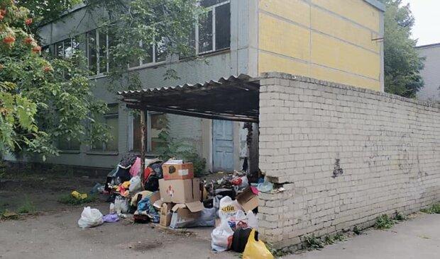 В Днепре бездомная оккупировала детскую площадку, родители в ужасе: спит в мусоре и ходит голая