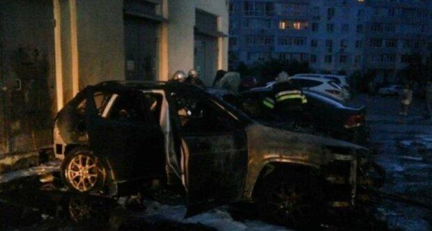 У Харкові відомій блогерці спалили авто, палій утік без телефону і одягу – все через зіпсовані груди