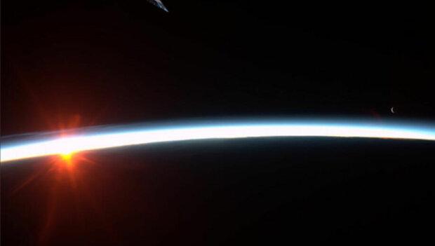 Космічне фото дня: астронавтка показала, як виглядає схід місяця на світанку сонця, вражаючий кадр