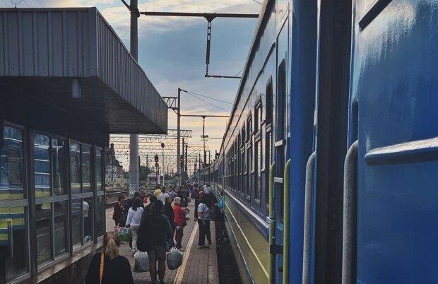 """""""Укрзалізниця"""" запустила флешмоб по знущанням над пасажирами: """"Провідник бігала із залізним..."""", моторошні кадри"""