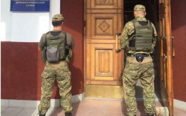 """Як """"бідні"""" українці вивозять готівку, суми вражають"""