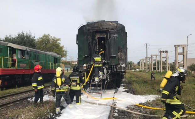 У Франківську потяг спалахнув на ходу, рятувальники не встигли - піна та попіл на рейках