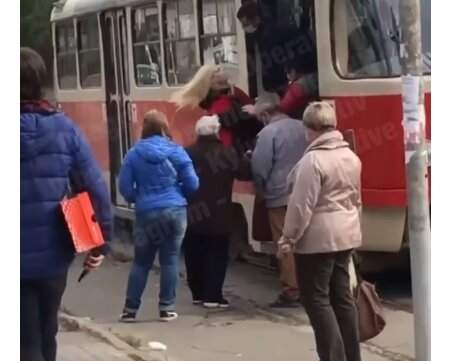 """У Києві """"голу"""" дівчину ногами вижбурнули з трамвая: """"Поліцію? Викликай!"""""""