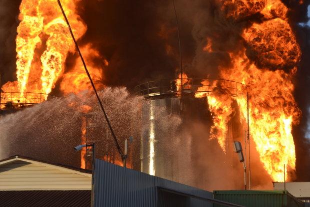 Под Харьковом вспыхнул нефтезавод: десятки пожарных сделали все возможное, детали