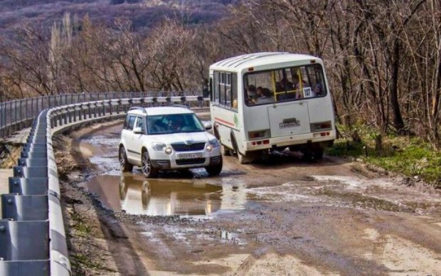 """В окупованому Криму вирішили відремонтувати дороги """"черепами"""""""