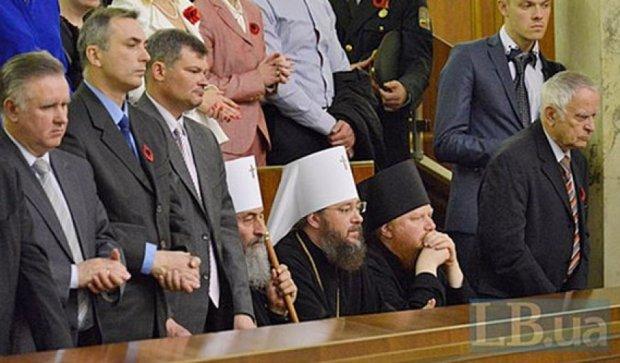 Священики УПЦ МП не встали на честь  героїв України