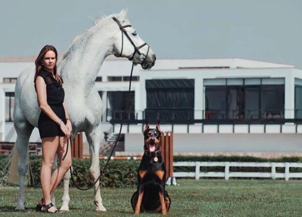 Леслі, доберман і кінь, фото - Instagram