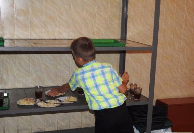 """Чим годують дітей у столичних школах: """"мишині"""" порції, зіпсовані овочі та клейка вівсянка"""