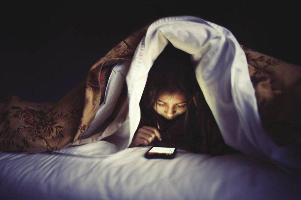 Мама была права: сон с телефоном может вас убить очень неприятным способом